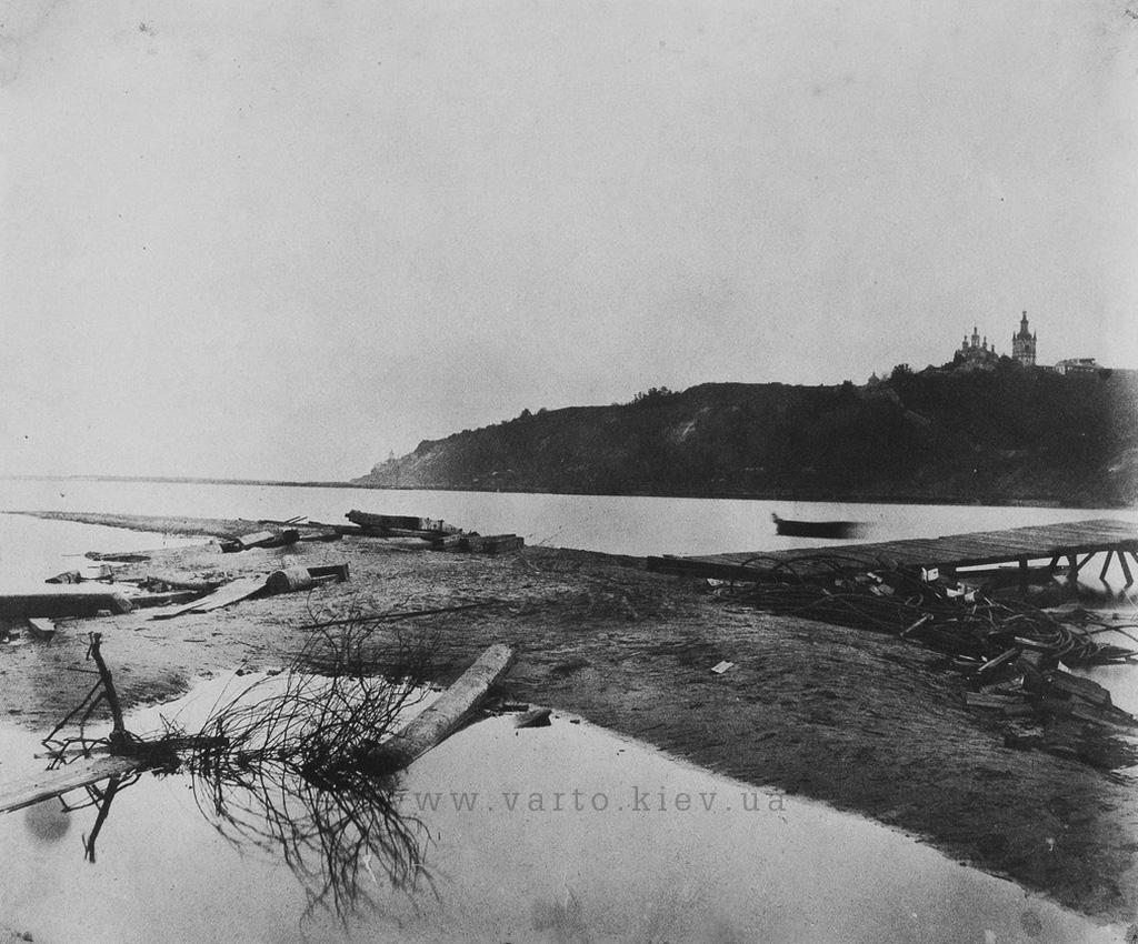 Вид на правий берег Дніпра біля лаври