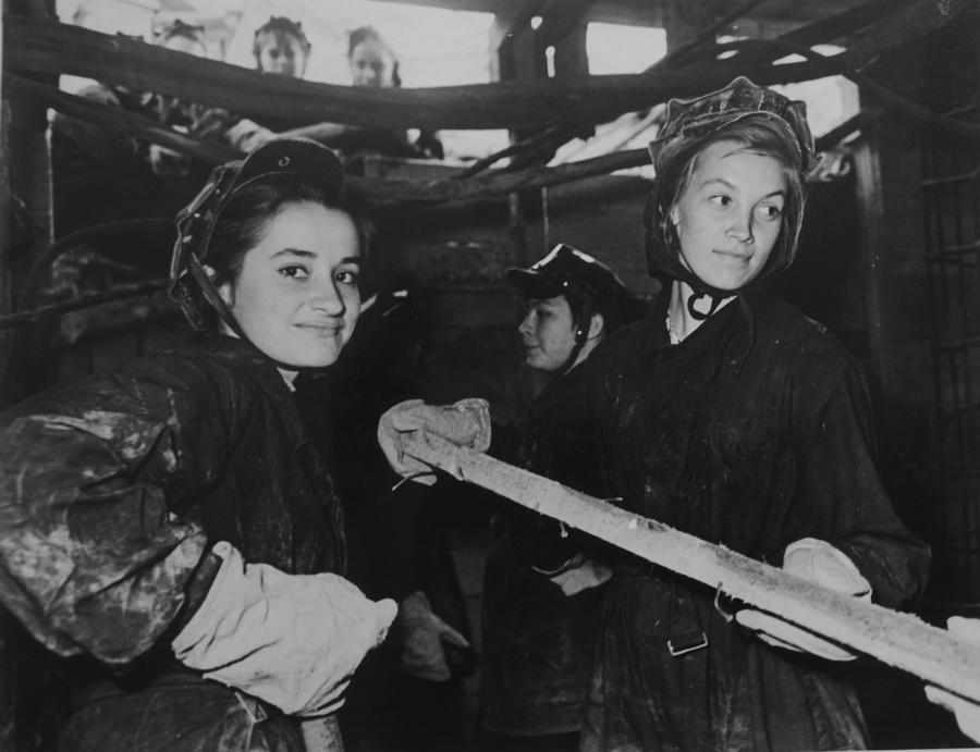 Піонерина екскурсії в шахті метро