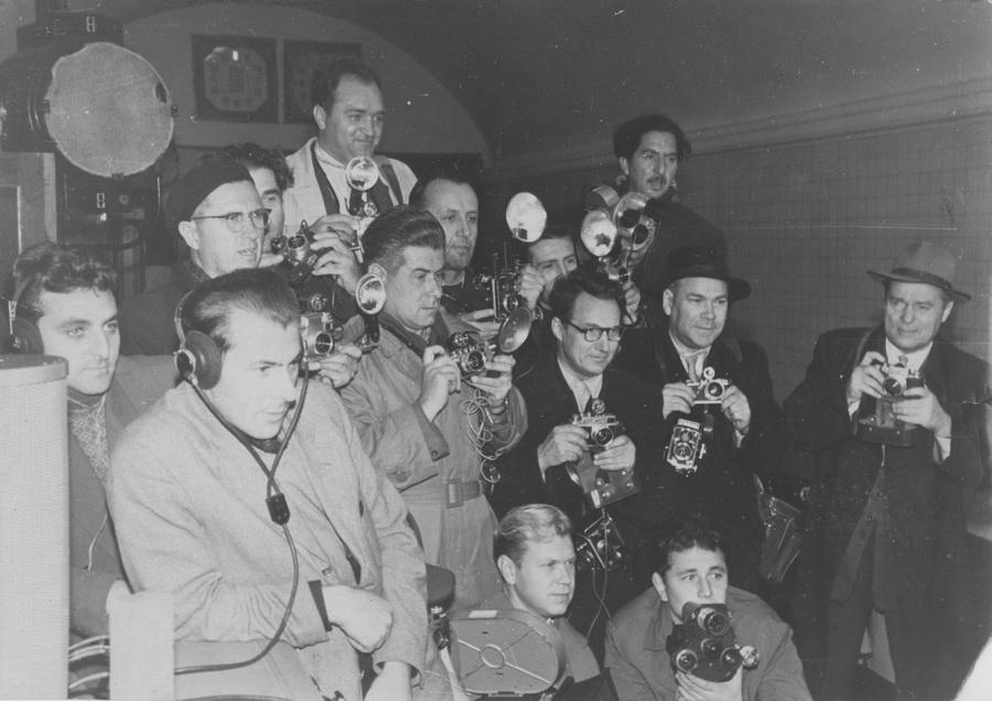Фотокореспонденти в очікуванні першого поїзда